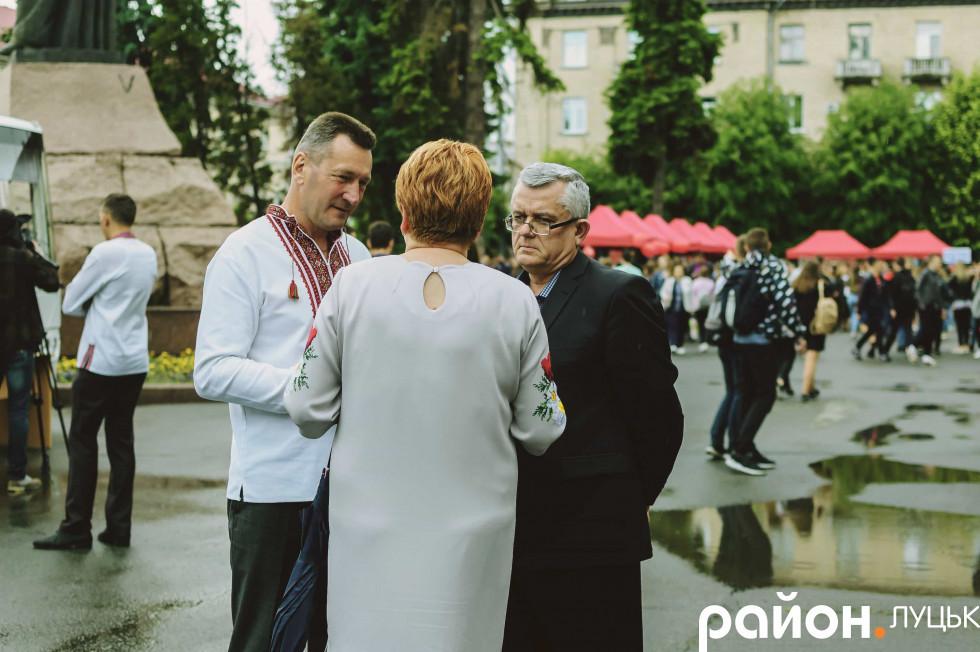 Чоловіки також дотрималися українського дрес-коду з нагоди свята