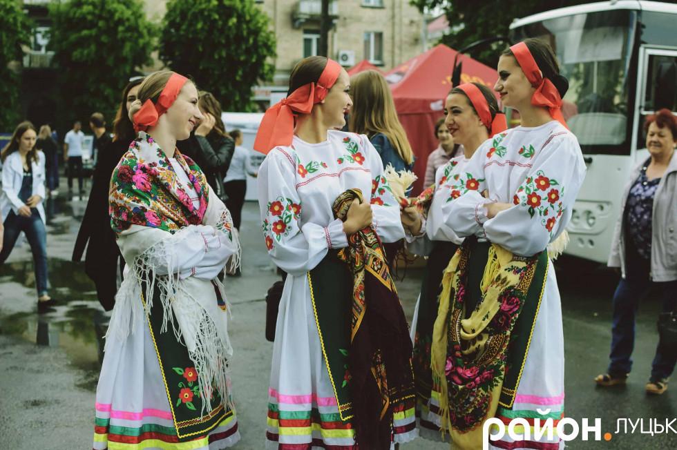 Дівчата, які виступали на заході, похизувалися не просто сорочкою, а цілим українським костюмом