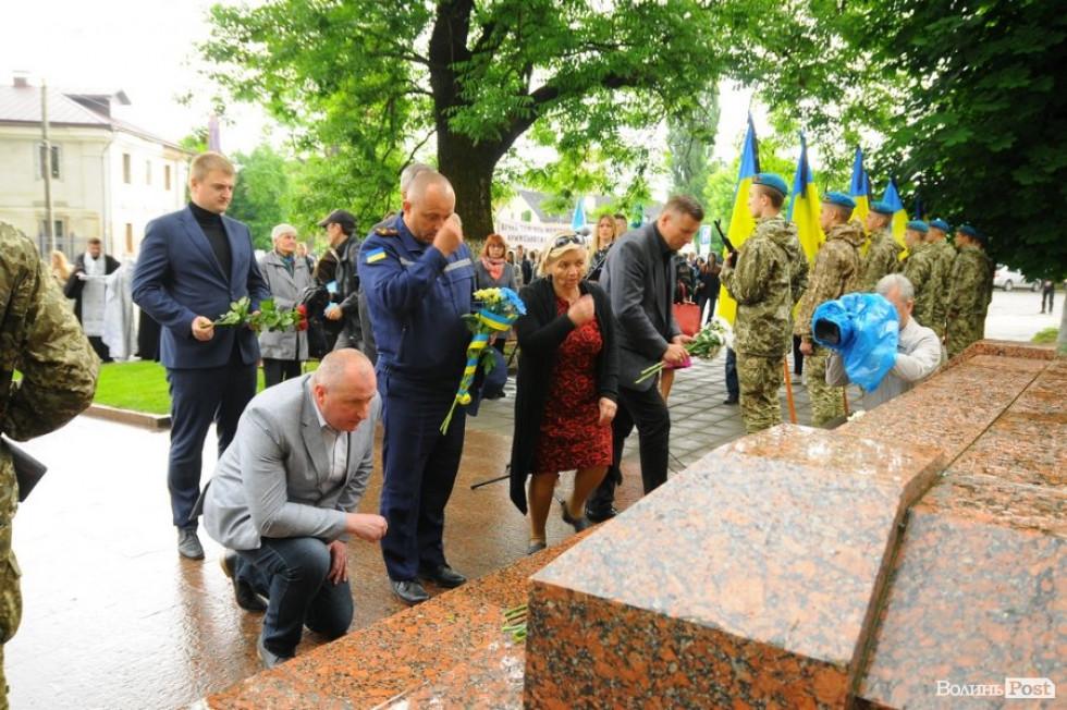 Квітами «вкрили» пам'ятник Жертвам політичних репресій