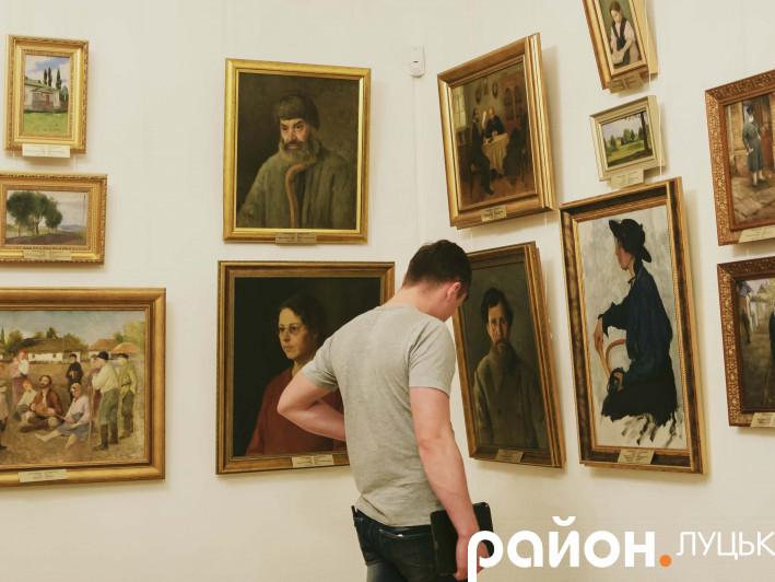 Один із відвідувачів свята споглядає твори мистецтва