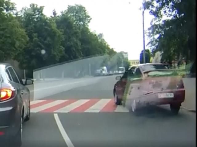 На вулиці Шопена, дві автівки на швидкості проїхали через пішохідний перехід