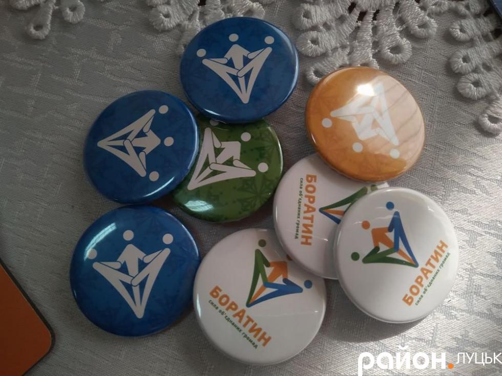 Дизайнери хотіли показати динаміку й прогрес в логотипі, тому зобразили їх у вигляді трьох різнокольорових стрілочок