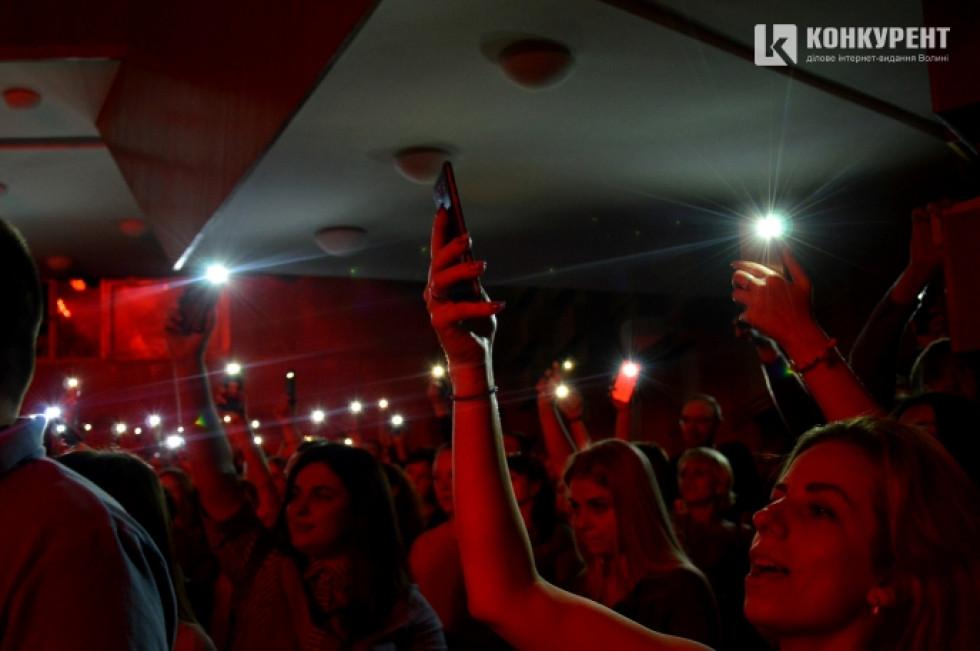 Глядачі засвіили ліхтарики на телефонах