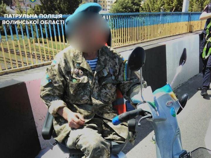 Патрульні допомогли чоловіку з інвалідністю добратись додому