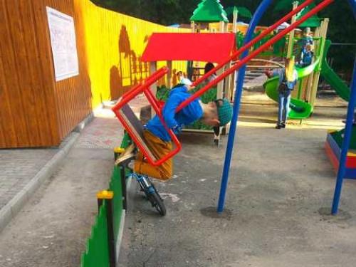 Дитячий майданчик у Луцьку