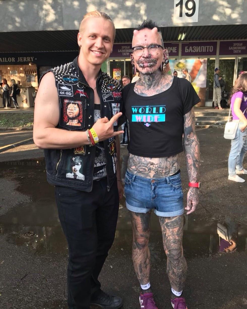 Фото з найбільш татуйованою та підрсингованою людиною у світі
