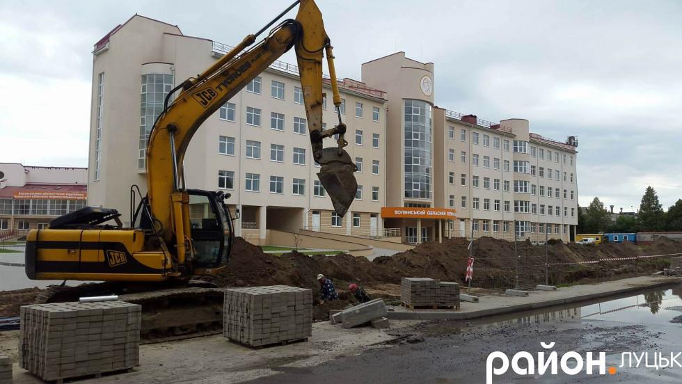 Працівники підприємстватакож«розрили» траншеї на проспекті Відродження
