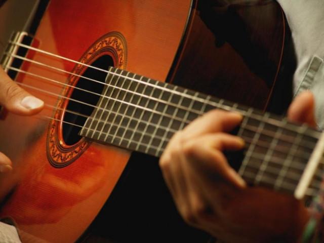 Музикант грає на інструменті