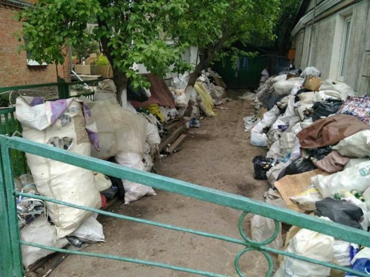 Звалище сміття в одному з дворів Луцька