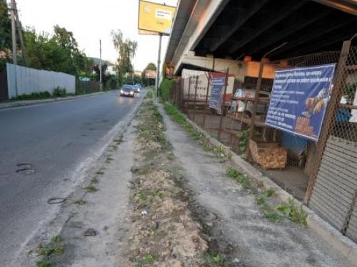 Тротуар під мостом на Рівненській