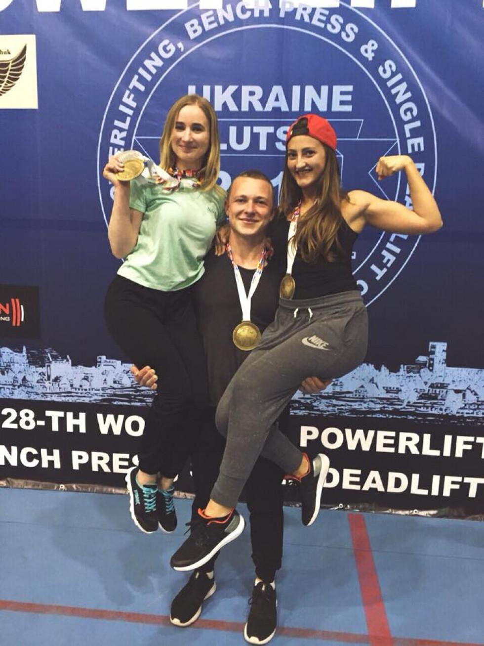Переможець з медалями і моделями