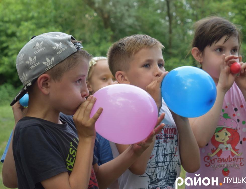 Діти з захопленням надували кульки
