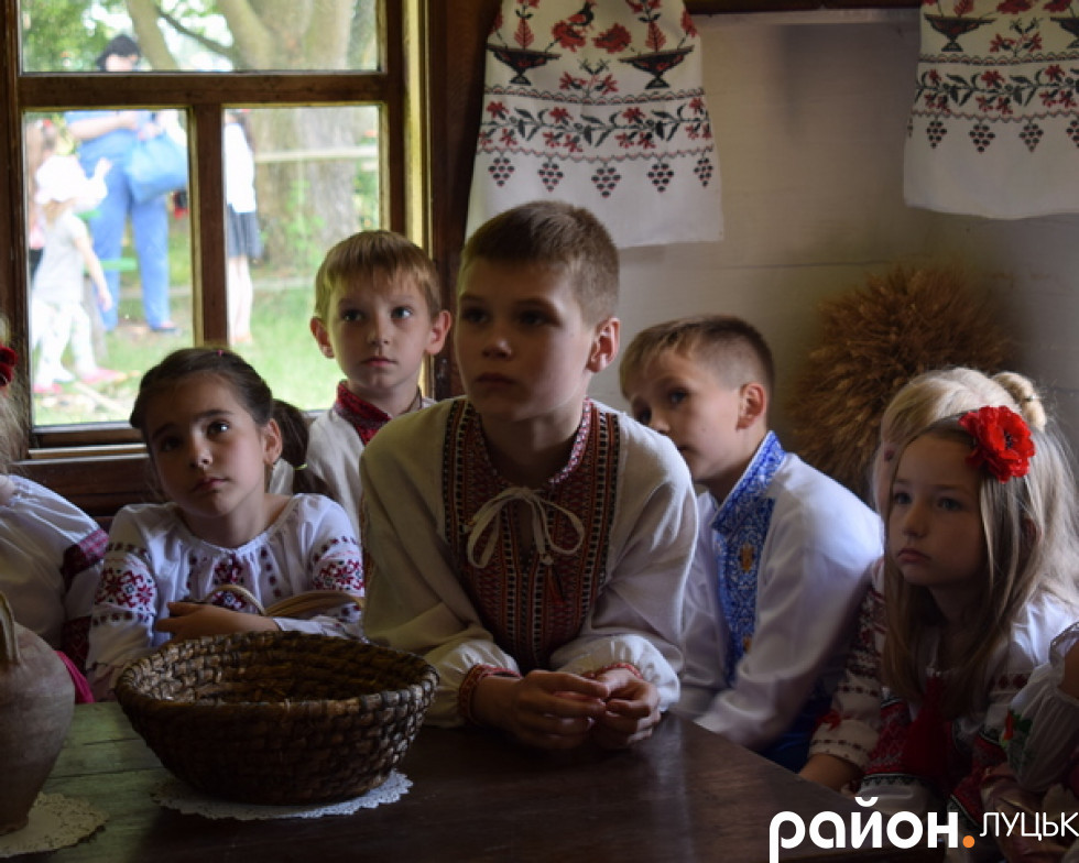 Уважно слухають про особливості укрїнських рушників