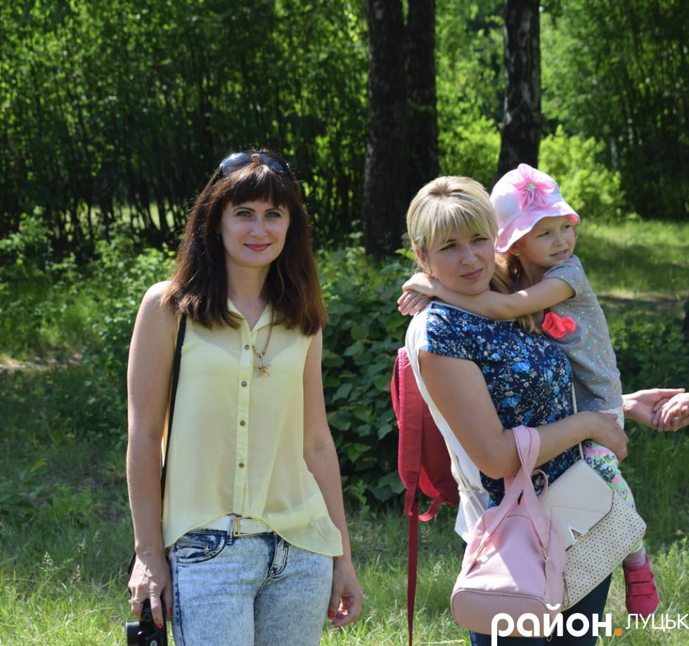 Батьки очікують, коли дітей посвятять в козачата