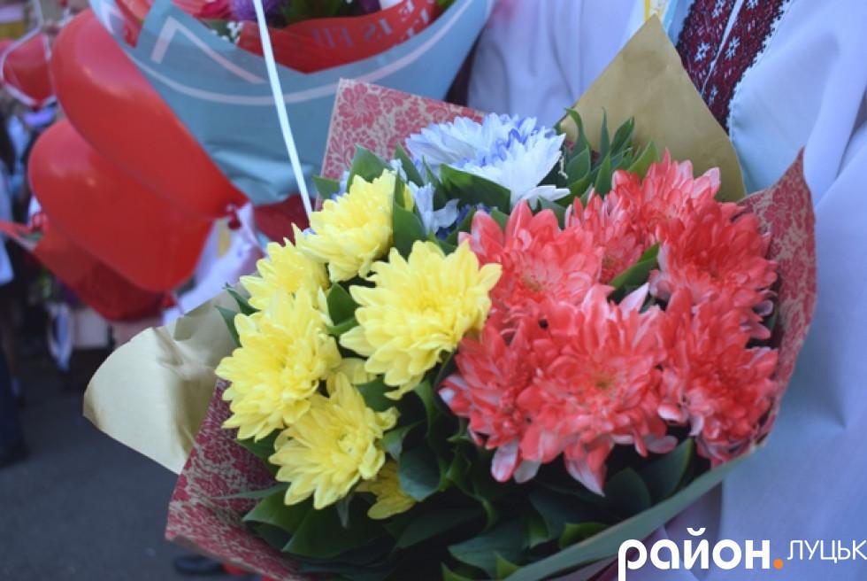 В руках майоріли квіти для вчителів