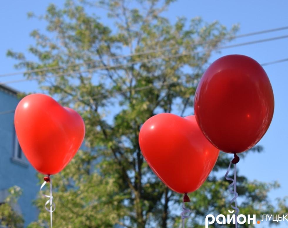 Кульки, які на завершення запускали в небо випускники