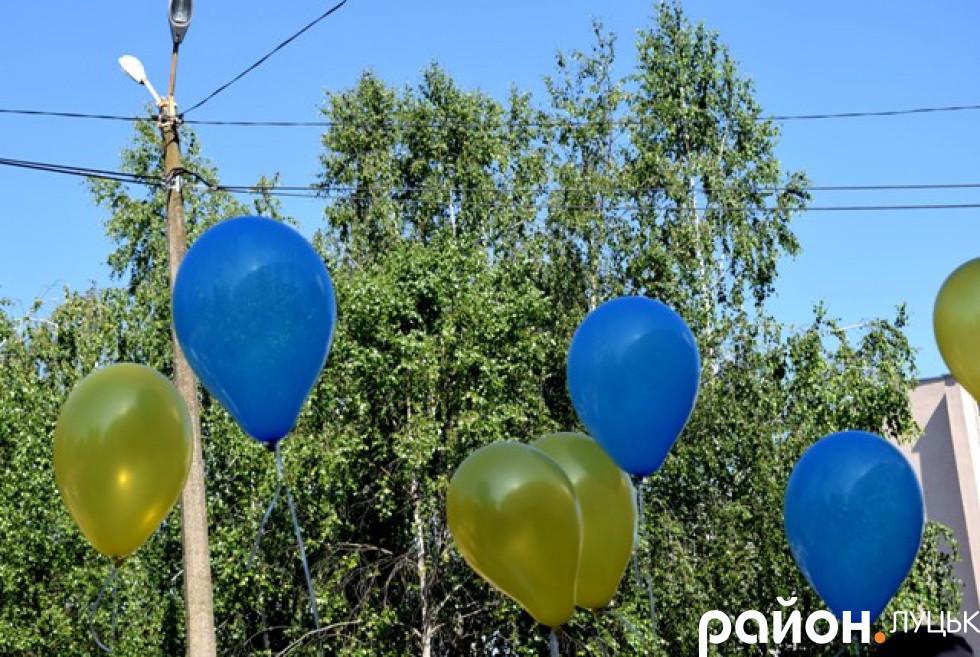 Жовто-блакитні кульки в руках випускників