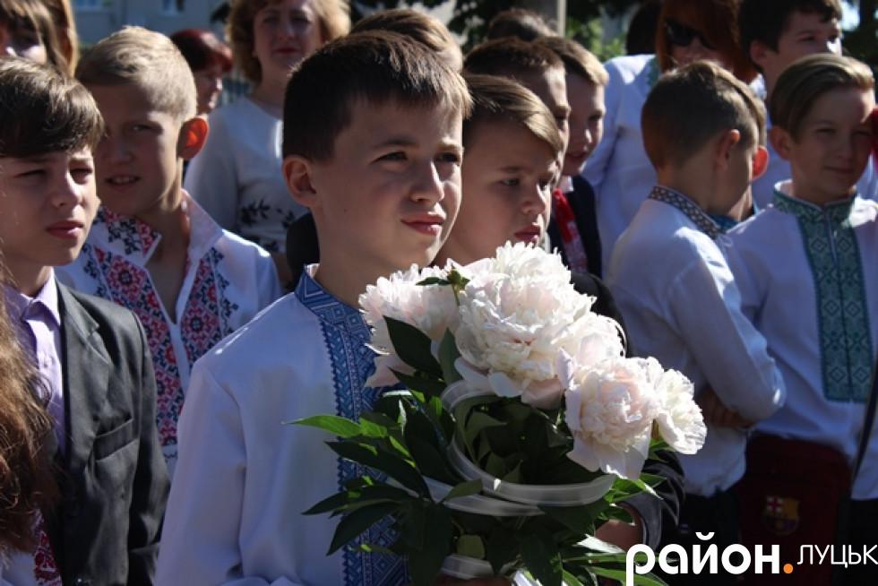 Учні з квітами та у вишиванках