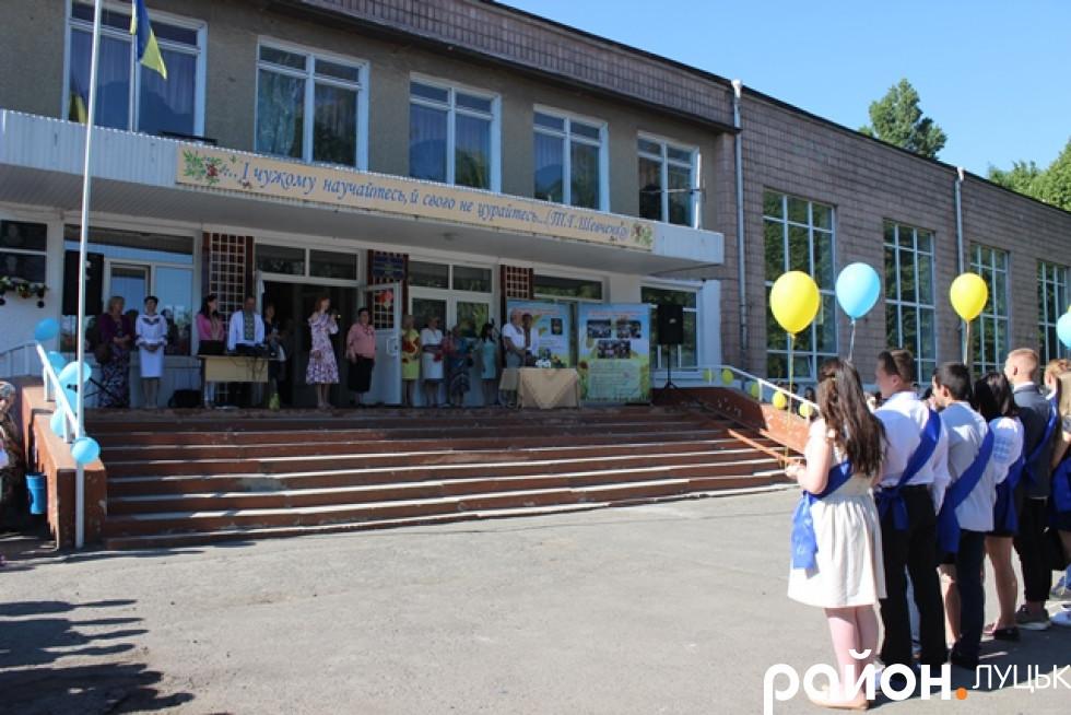 Зібралися поруч із центральним входом до школи