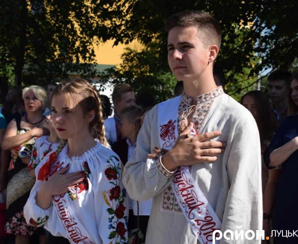 Співають гімн України