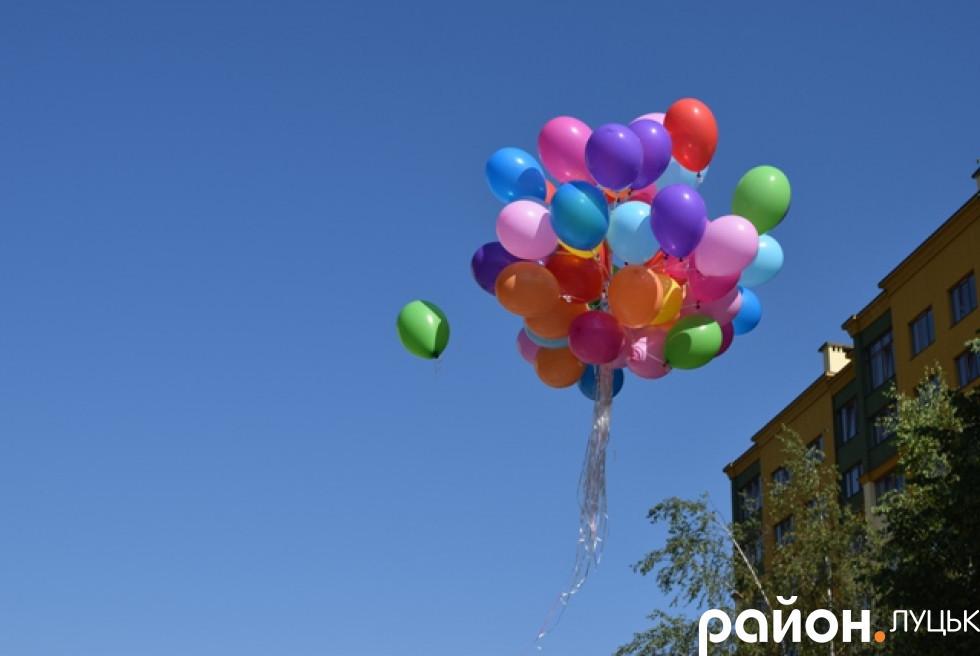 Випускники та випускниці запустили в небо кульки