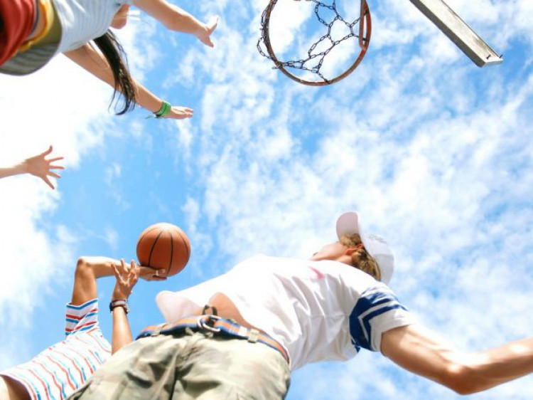 Хлопці грають у баскетбол
