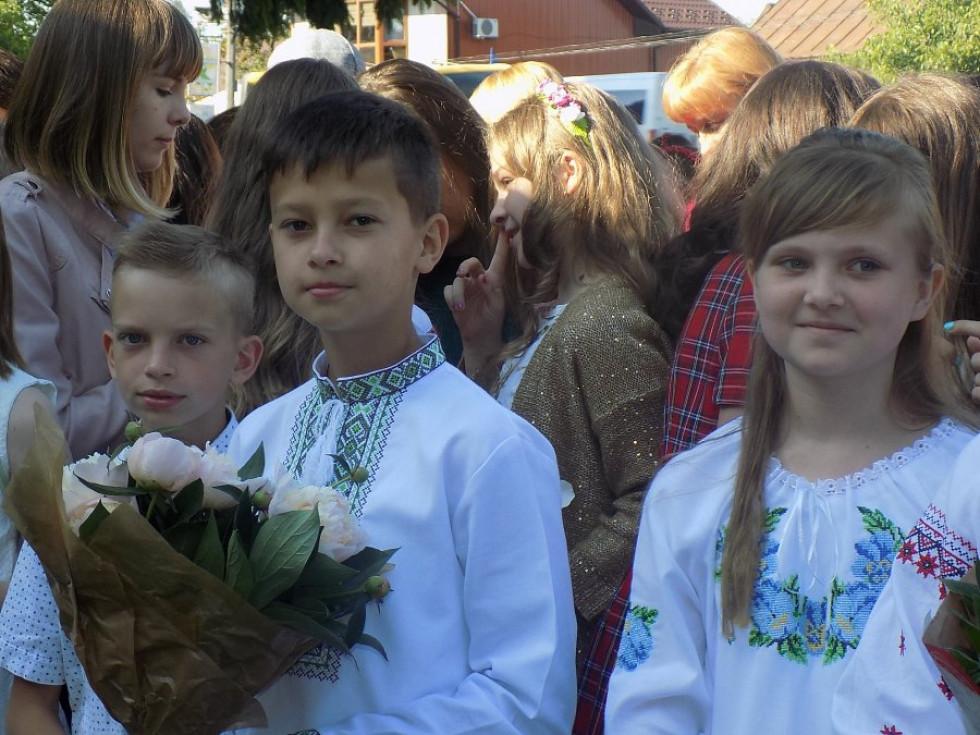 Діти традиційно прийшли з букетами квітів
