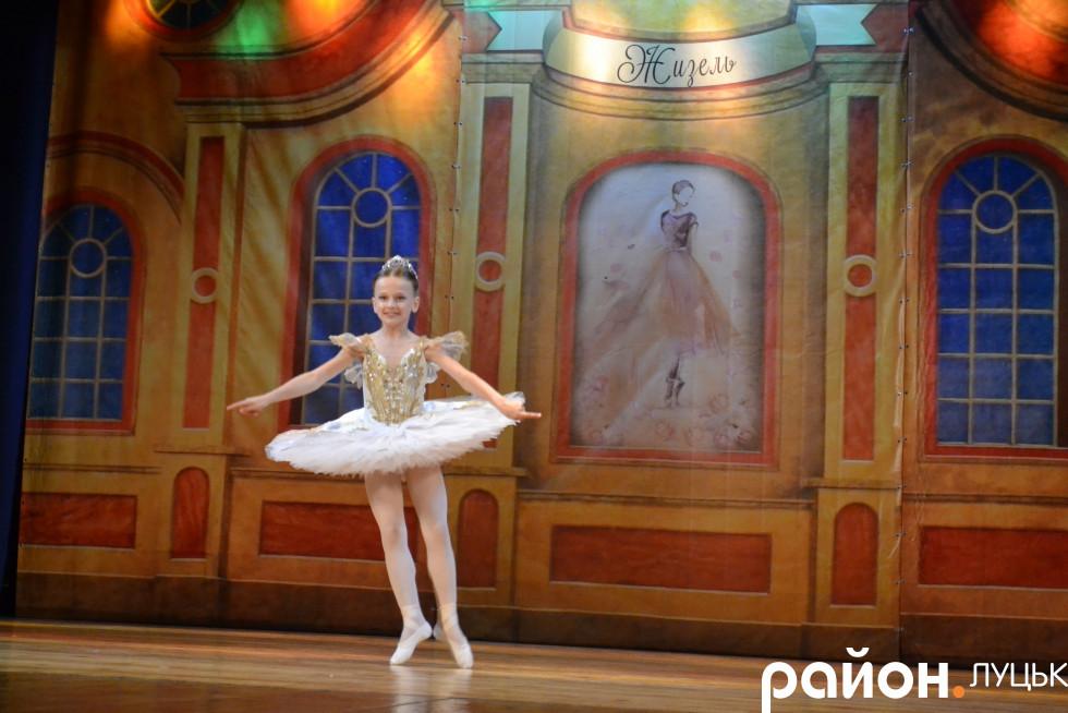 Юна балерина вправно робить стрибок