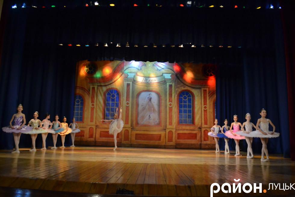 Юні балерини на сцені