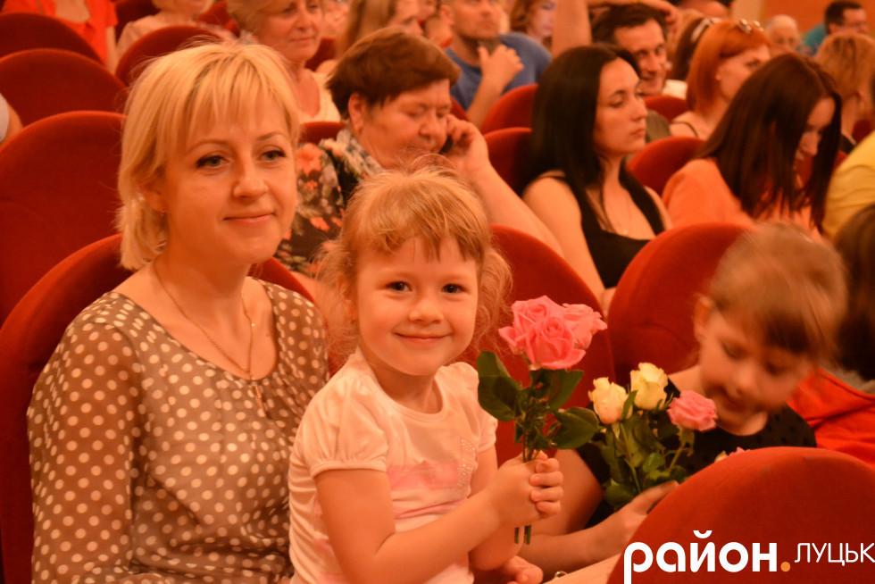 Олександра Недільська разом з дочками