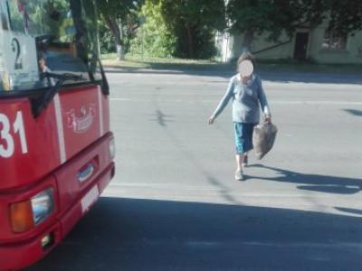 Нетвереза жінка на дорозі
