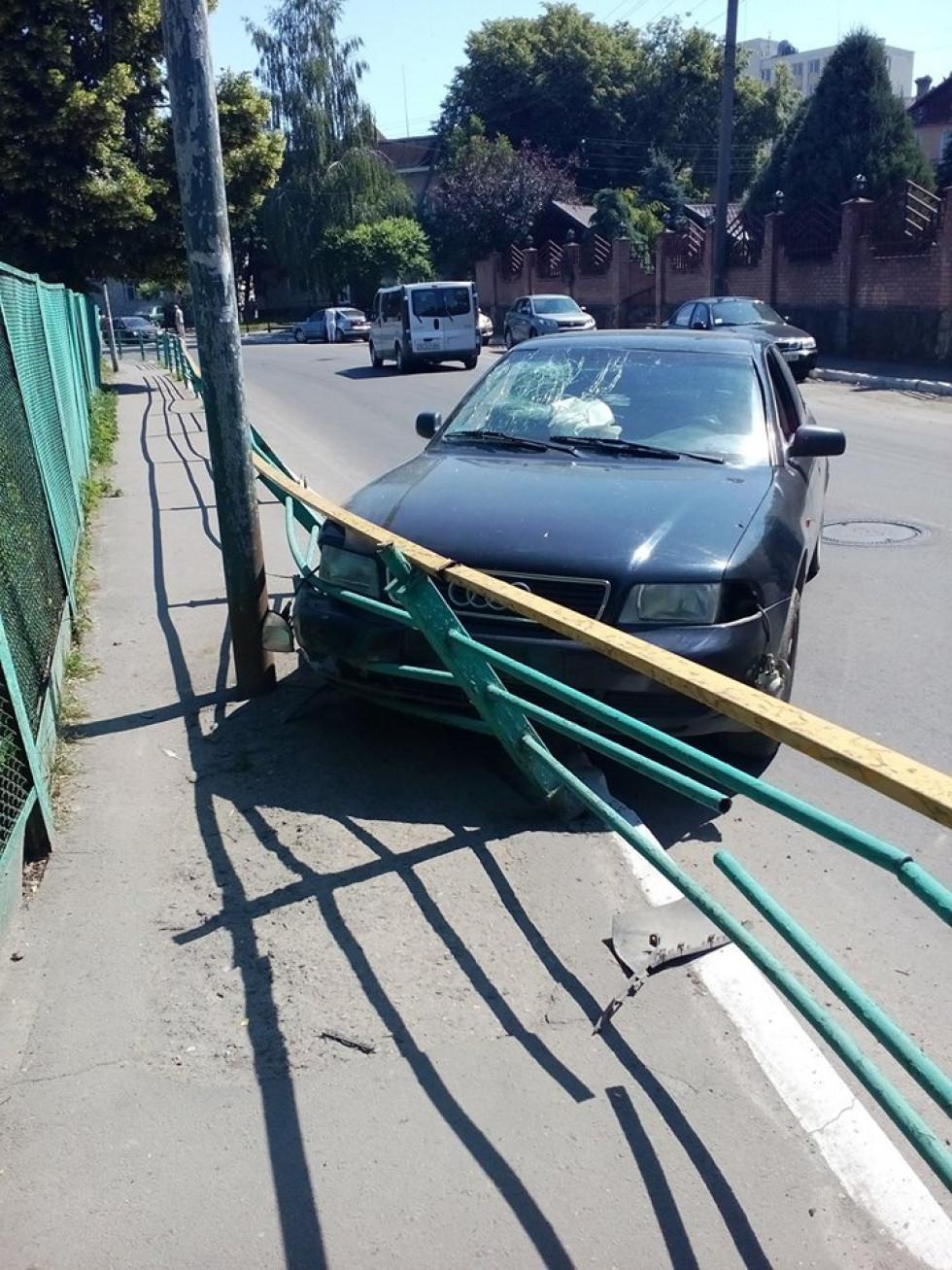 Пошкоджений паркан і лобове скло автівки