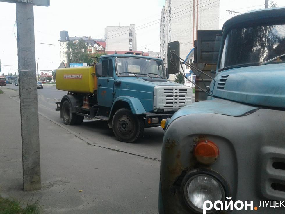вантажівка на зупинці