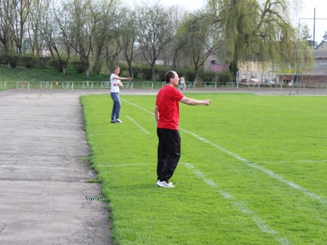 Тренер «Торпедо» Сергій Богунов (попереду) та тренер «Ковеля-Волині» Юрій Романчук (позаду) спробують нав'язати боротьбу лідерам своїх груп в обласній першості