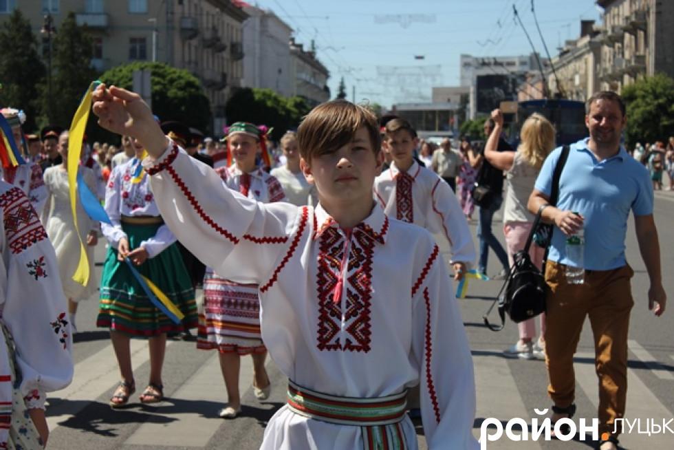 Участь у фестивалі взяли кілька сотень дітей