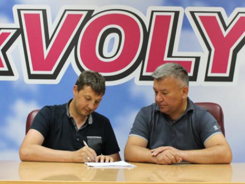 Андрій Тлумак підписує контракт у присутності спортивного директора «Волині» Валентина Кошельника