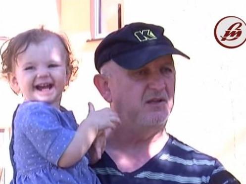 Петро Бак з дитиною на руках