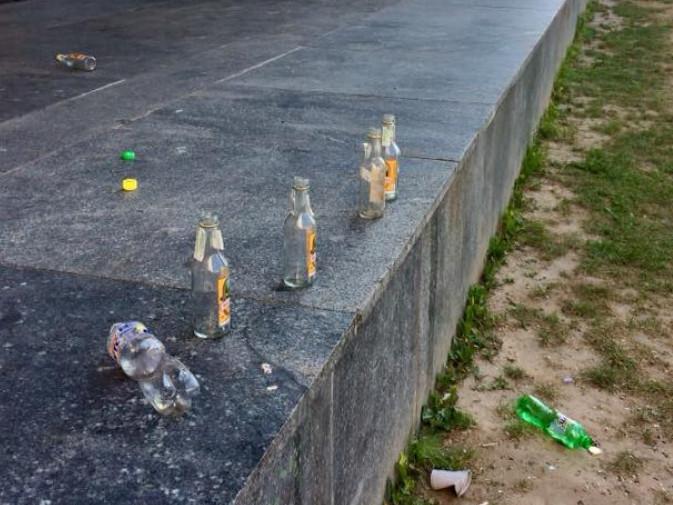 Пляшки біля Драмтеатру