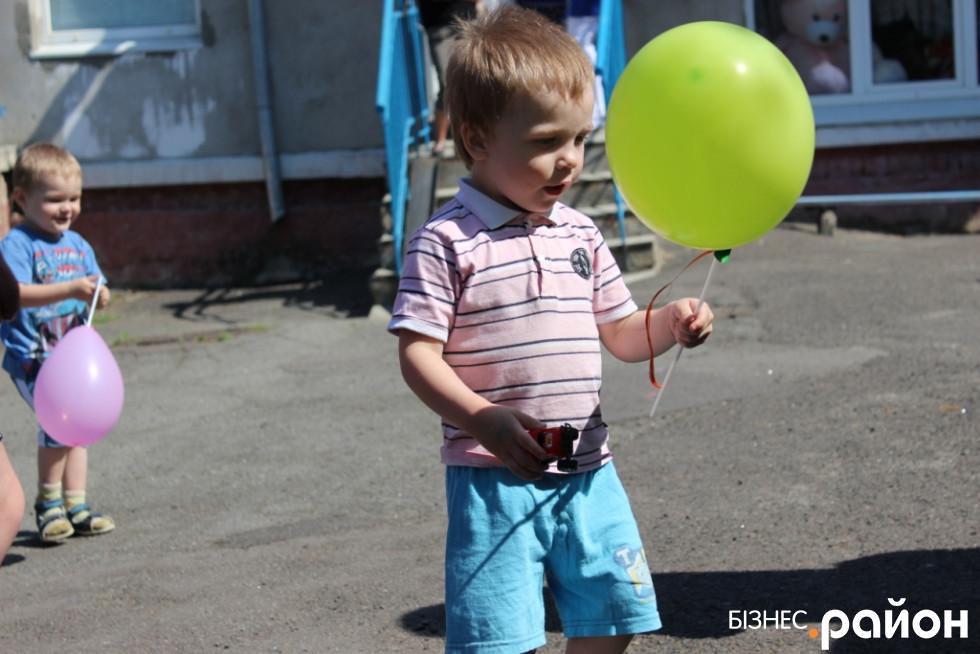 Звичайні повітряні кульки – завжди велика радість малюкам