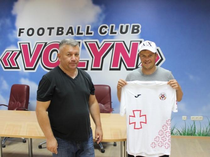 Спортивний директор «Волині» Валентин Кошельник та новий гравець команди Денис Кожанов