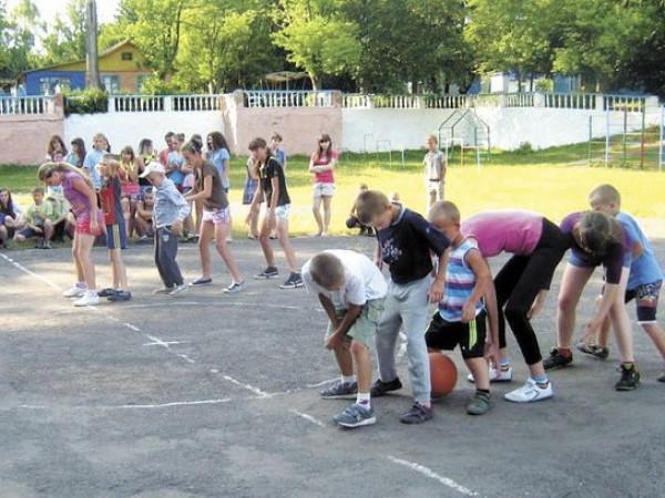 Діти беруть участь у спортивних естафетах