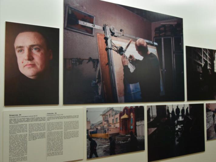Кожна фотографія передає життєву історію засудженого
