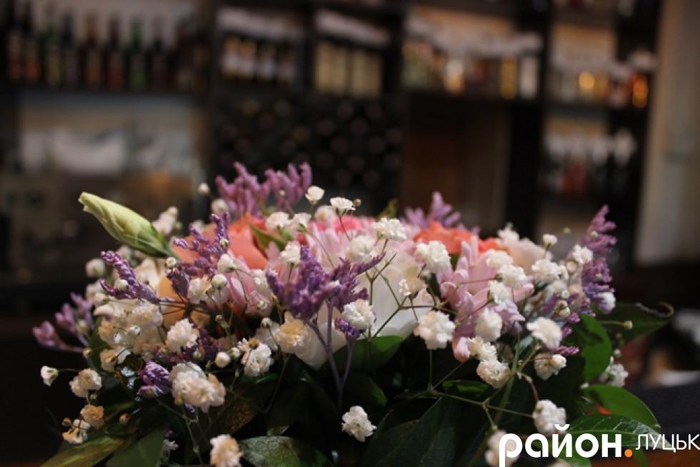 Тут багато квітів