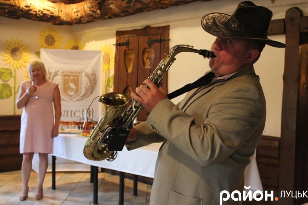 Атмосферу робив саксофоніст