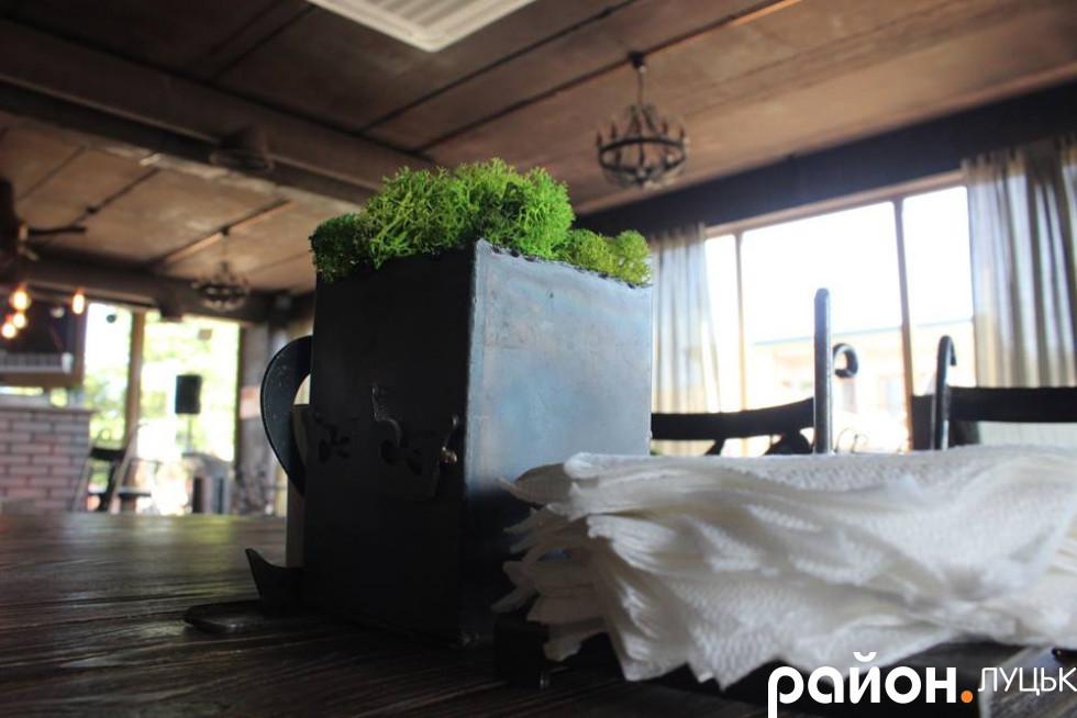 Столи прикрашає зелень