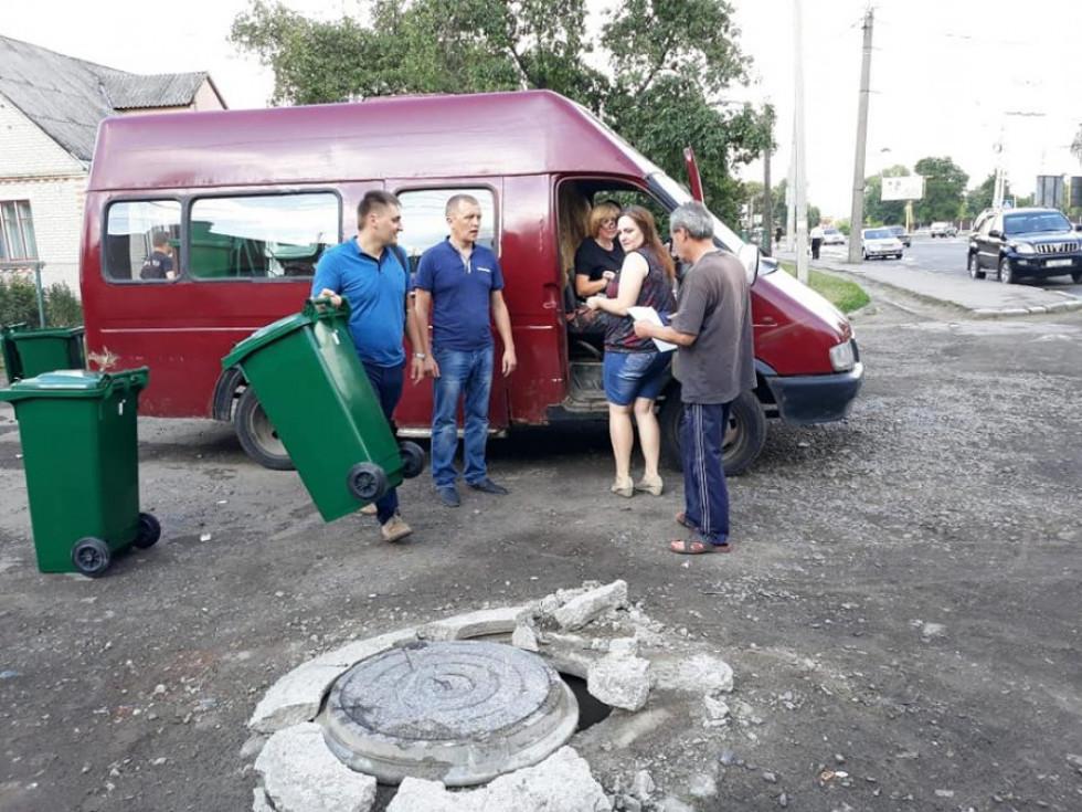 Лучани розбирають сміттєві контейнери