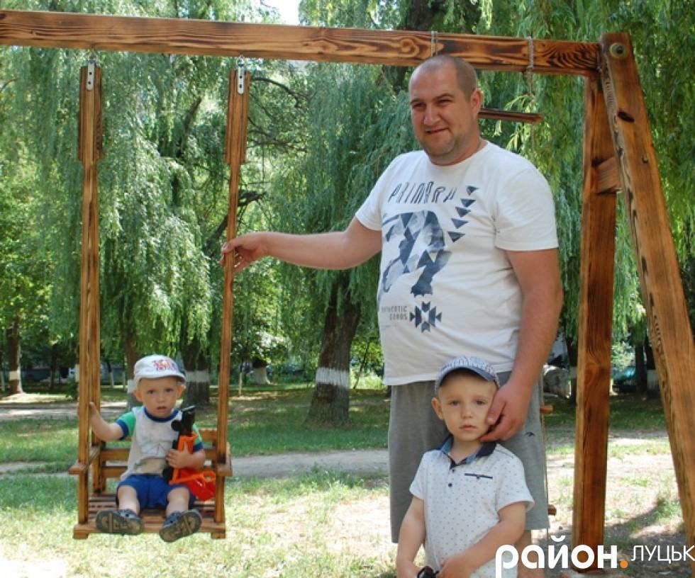 Батько з синами на новому майданчику