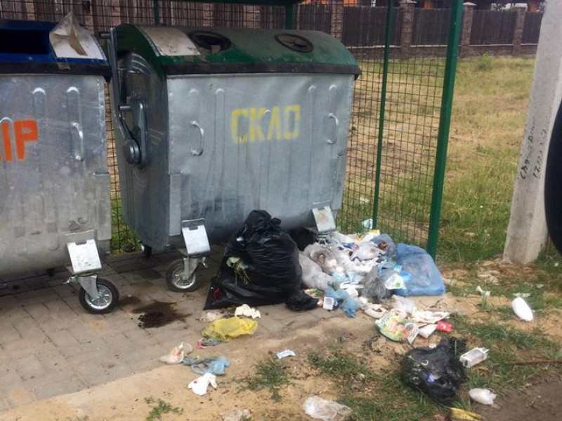 Майданчик з контейнерами для сміття