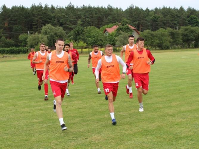 На першому тренуванні наші футболісти займалися біговою роботою