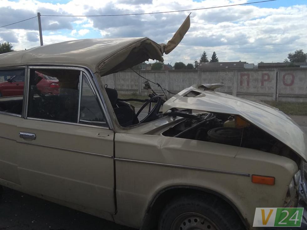 Причіп майже повністю розтрощив ВАЗ